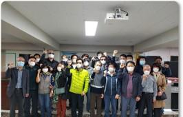 김용기 회장님, 중앙회 강사님들, 회원분들이 교육을 수료하시고 주먹을 불끈 쥐고 화이팅을 외치는 전체 사진입니다.